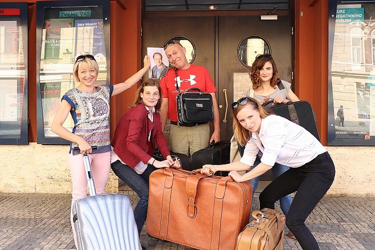 Ve Švandově divadle balí kufry
