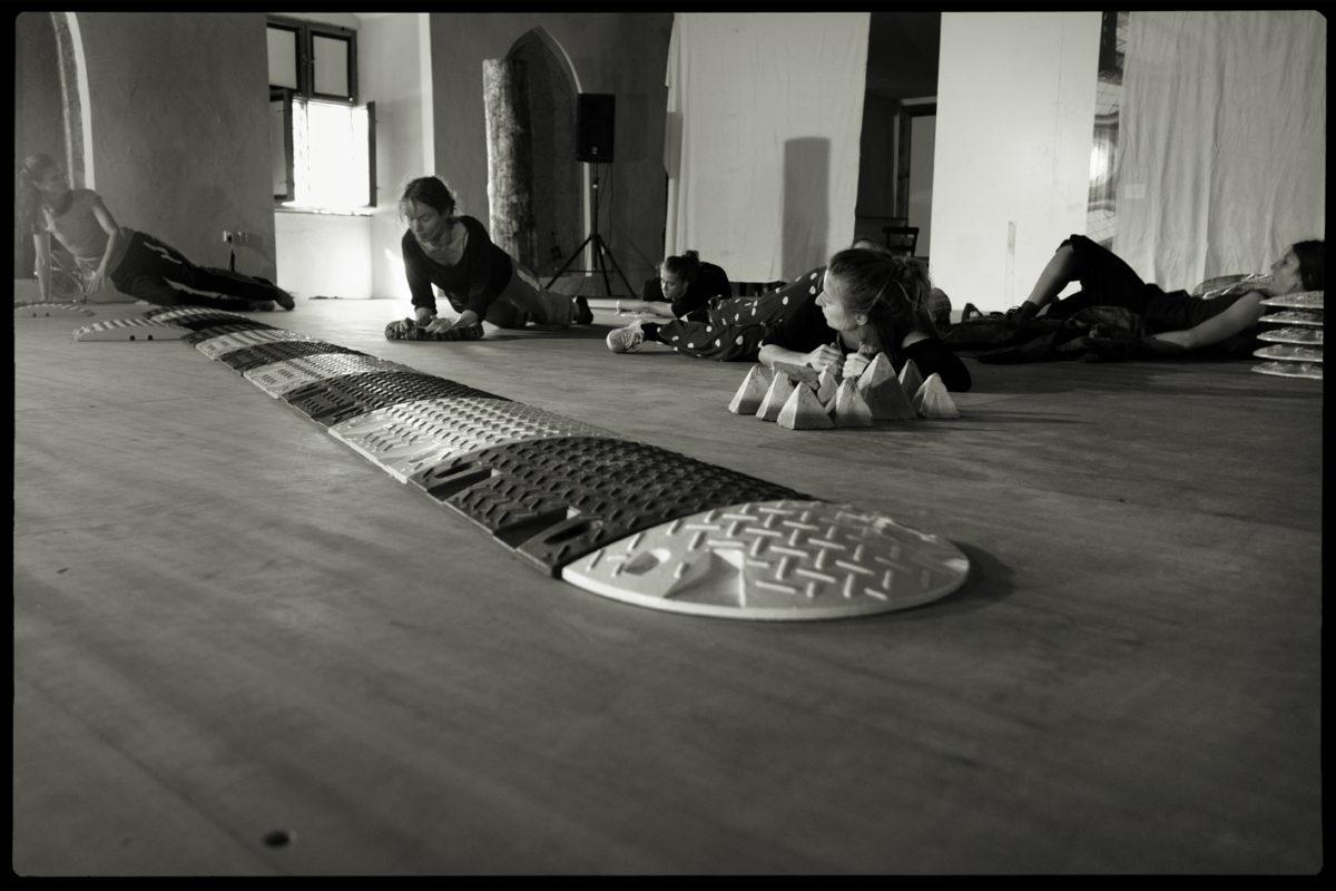 ASSEMBLAGE – šest tanečnic a retardér