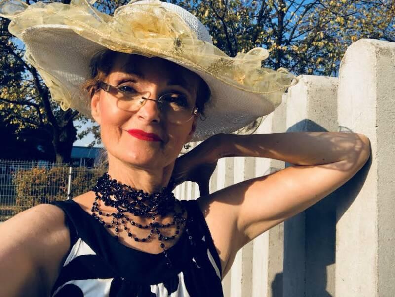 Rozhovor se zpěvačkou, loutkoherečkou a političkou JANOU HRUŠKOVOU INGLAND