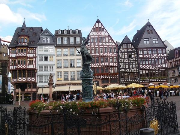 Performeři a dramaturgové, máte šanci ve Frankfurtu!