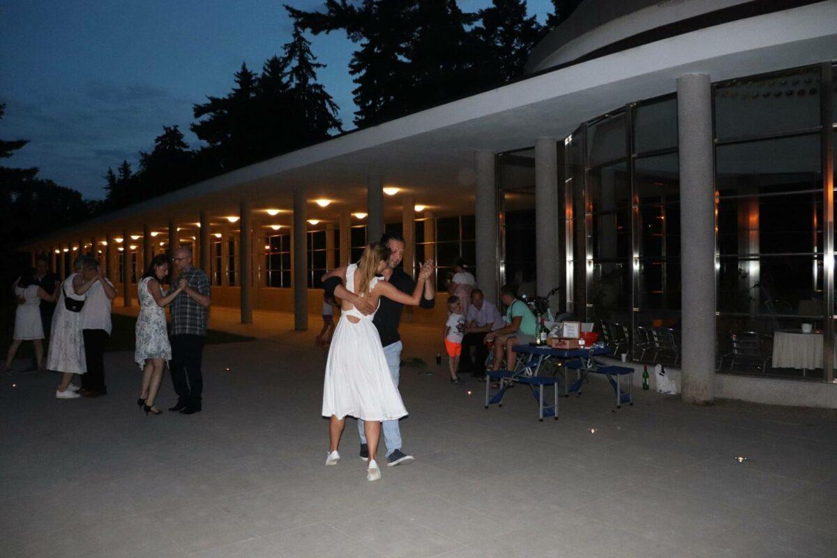 Z poděbradské kolonády vsrpnu tanečně do Nymburka